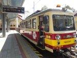 """Elektrický vozeň 411.903-8 """"Philadelphia"""" stojí na začiatočnej zastávke Trenčianska Teplá"""