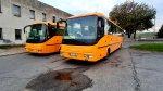 Autobusy odpočívajú pri vlakovej stanici Hidasnémeti